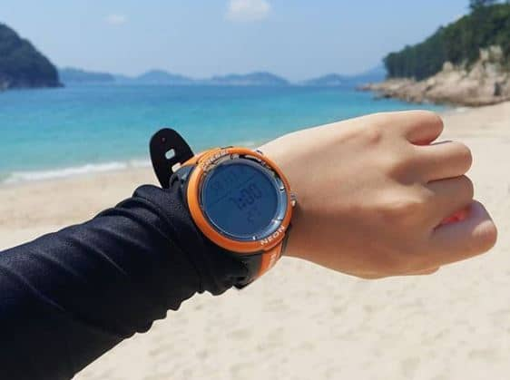 reloj de buceo naranja
