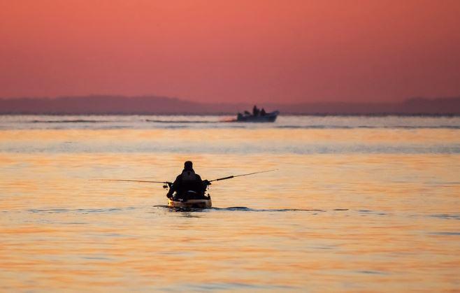 pesca en piragua en el mar