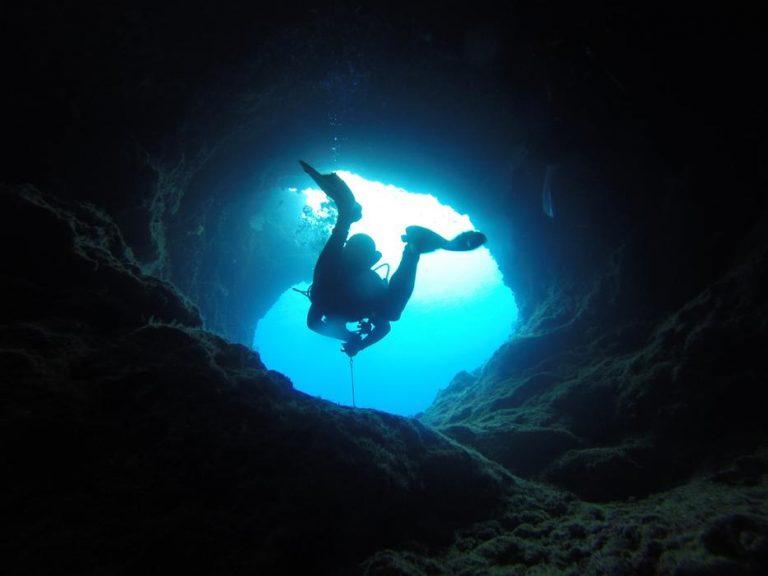 buceador en cueva