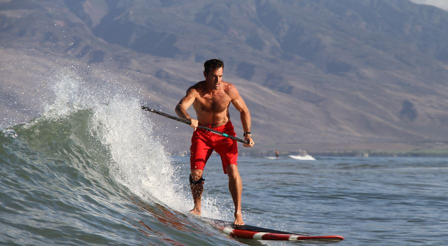 chico haciendo paddle surf