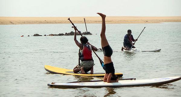 yoga en tabla de paddle surf